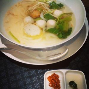 Thai rizslaskás leves halgombócokkal