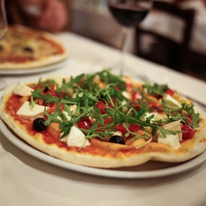 róma pizza primavera rukkola mozzarella oliva olaj